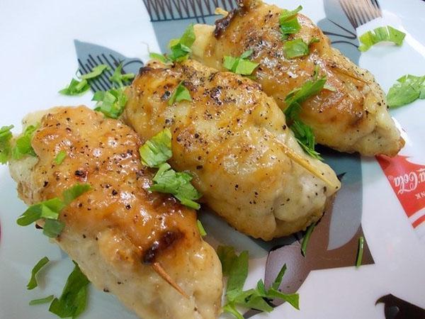 куриные рулетики с грибами на сковороде