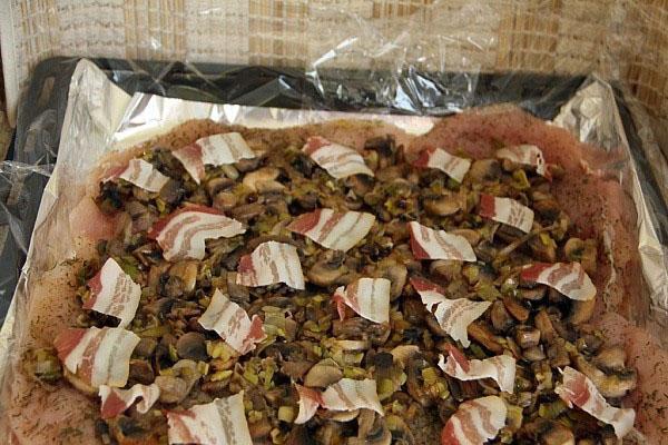 выложить грибы и бекон