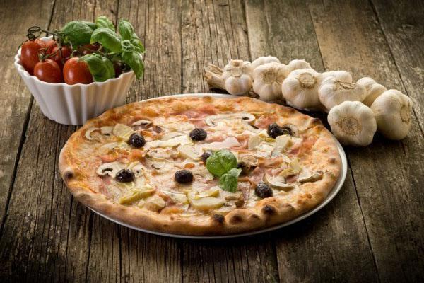 ароматная пицца с сыром моцарелла