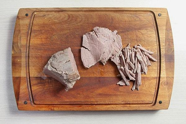 нарезать отварное мясо