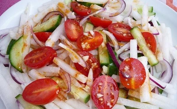 заправить салат и подавать к столу