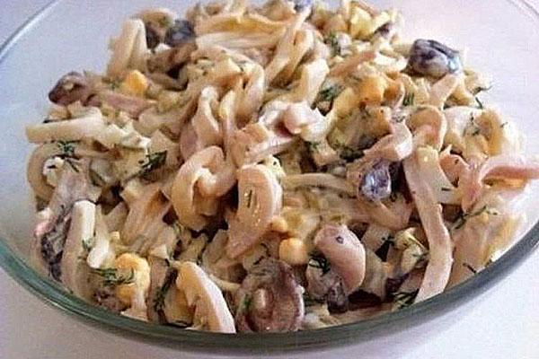 нежный салат из кальмаров и грибов