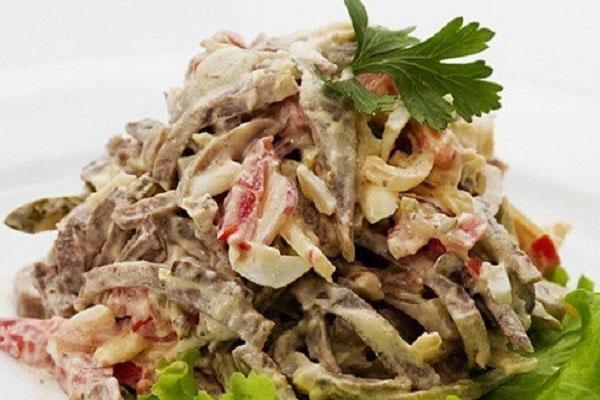 салат из жареных грибов и отварного языка