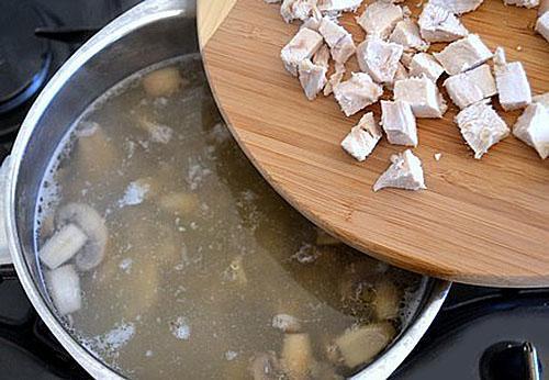 добавить в суп мясо