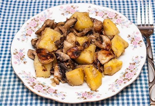жареная картошка с грибами в мультиварке