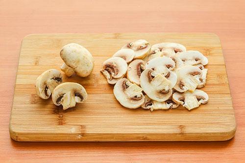 помыть и нарезать грибы