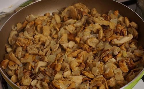 обжарить грибы и добавить картошку