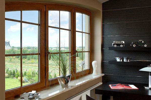 деревянное окно оригинальной формы