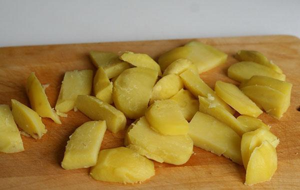 отваренный картофель нарезать дольками