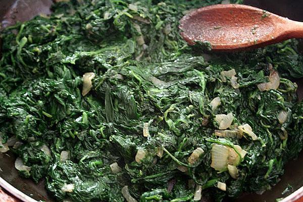 смешать шпинат с луком