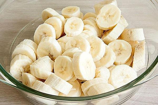 почистить и нарезать бананы