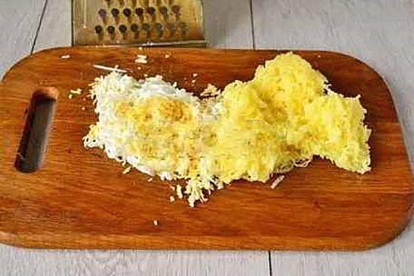 натереть картофель и яйцо