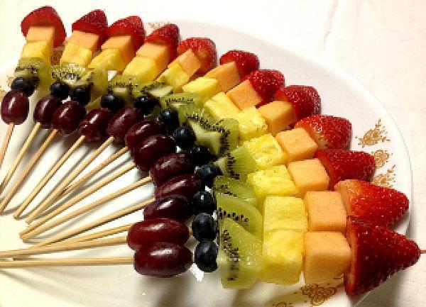 фруктовый десерт на шпажках