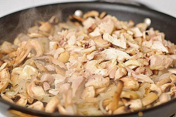 обжарить куриное филе с луком