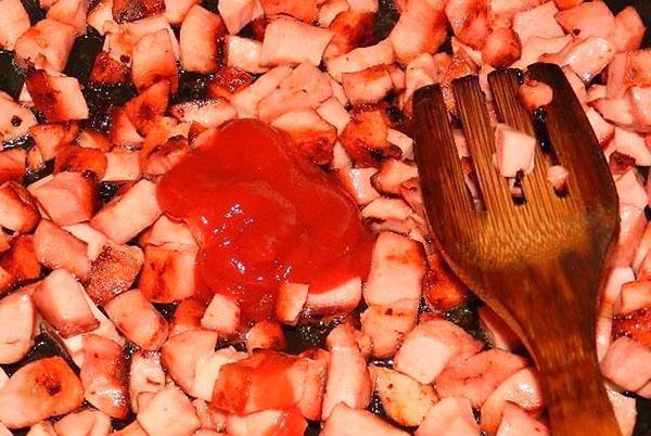 обжарить колбасу и добавить соус