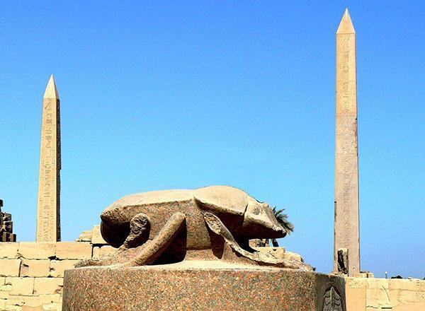 статуя скарабея в Египте