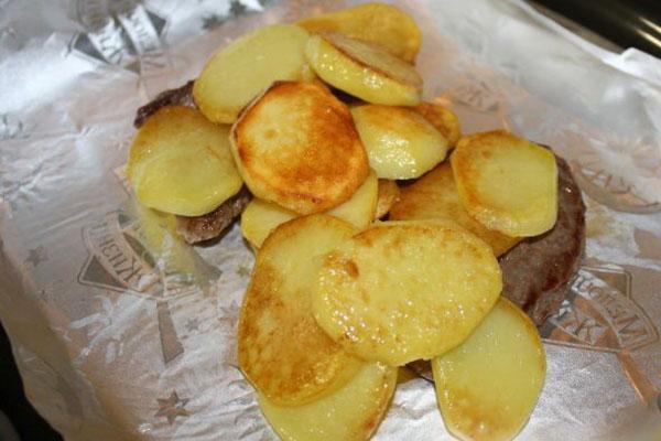 на мясо выложить картофель