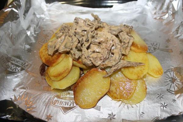 на картофель выложить грибы
