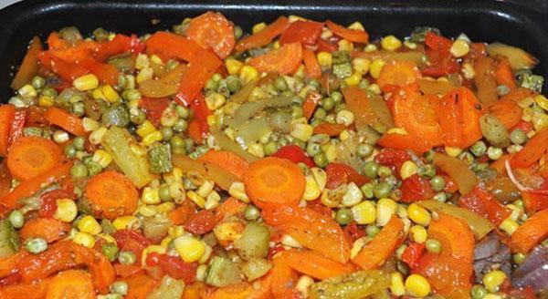 выложить мясо и овощи на противень