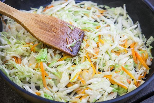 тушить капусту с морковью