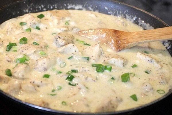 в соус добавить филе и специи
