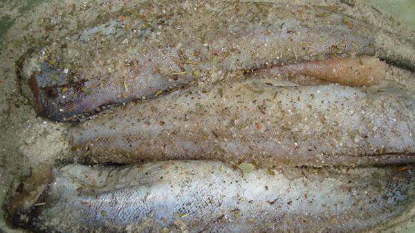 посыпать рыбу солью и специями