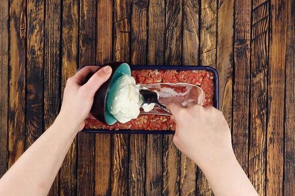 выложить бекон и сливочный сыр