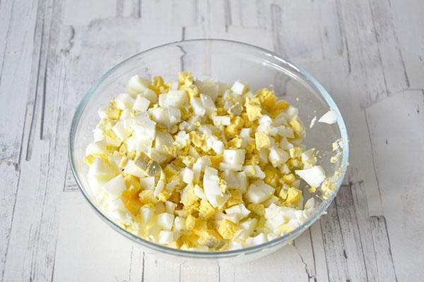 отварить и мелко нарезать яйца