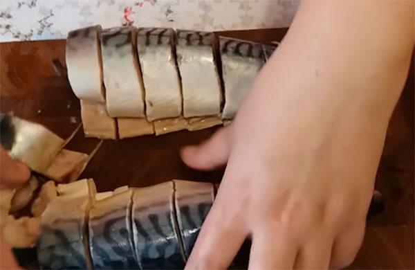 почистить и нарезать рыбу