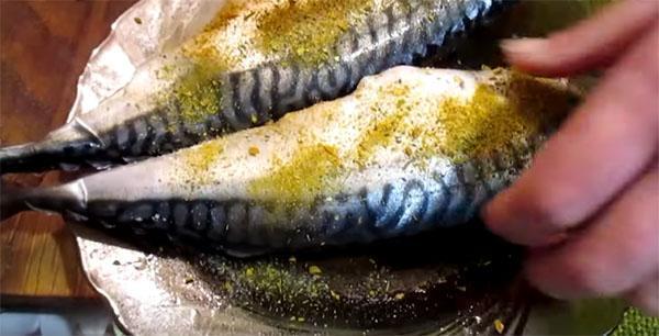 посыпать рыбу специями