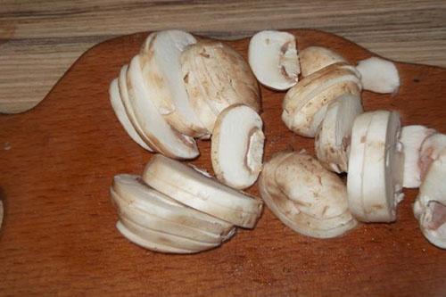 нарезать и обжарить грибы