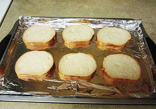 слегка обжарить хлеб