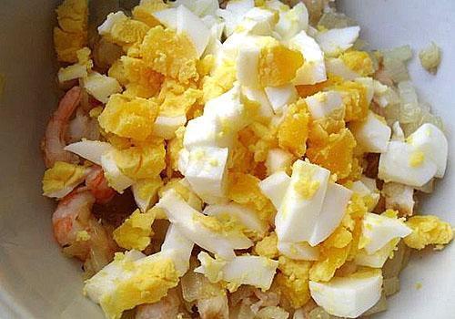 нарубить яйца