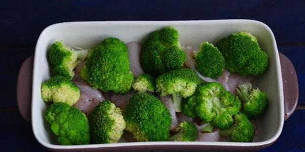 выложить брокколи в форму