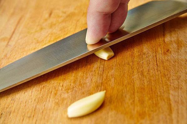 раздавить чеснок ножом