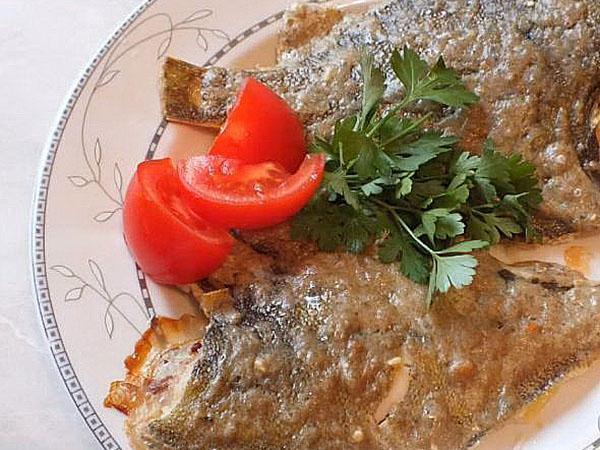 подают рыбу с овощами