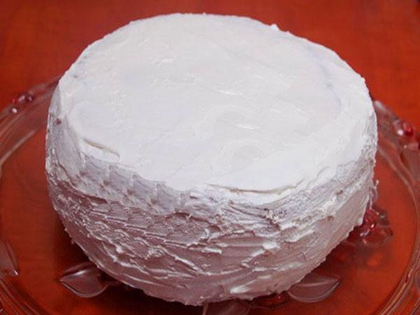 обмазать торт взбитыми белками