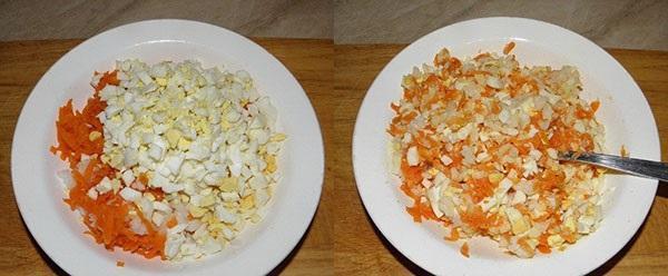 смешать морковь, яйцо и рис