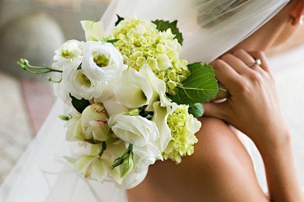 лизиантус в букете невесты
