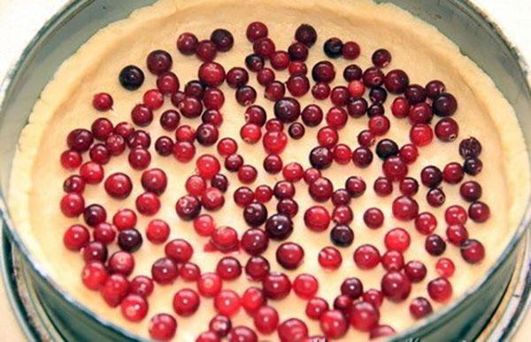 выложить на тесто ягоды