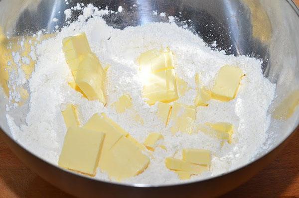 из сливочного масла и муки замесить тесто