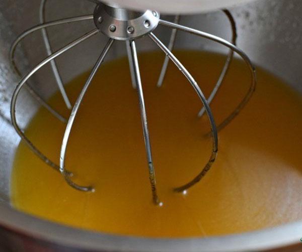 взбить апельсиновый сок с сахаром и кукурузным маслом