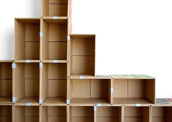 конструкция из картонных ящиков