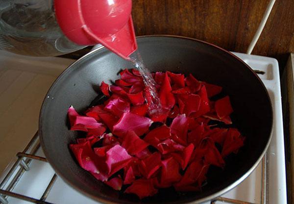 залить водой лепестки