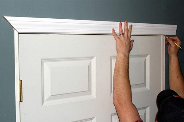 отделка установленной двери