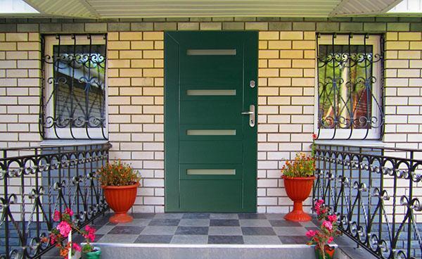 железная дверь в доме